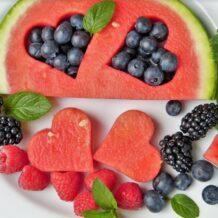 Uwaga na skażone owoce i warzywa w diecie dzieci i dorosłych – poznaj listę tych najbardziej zatrutych pestycydami